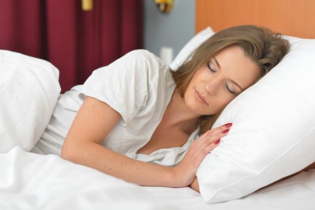 睡眠不足でどんな影響が出るのか?理想の睡眠時間について紹介します。